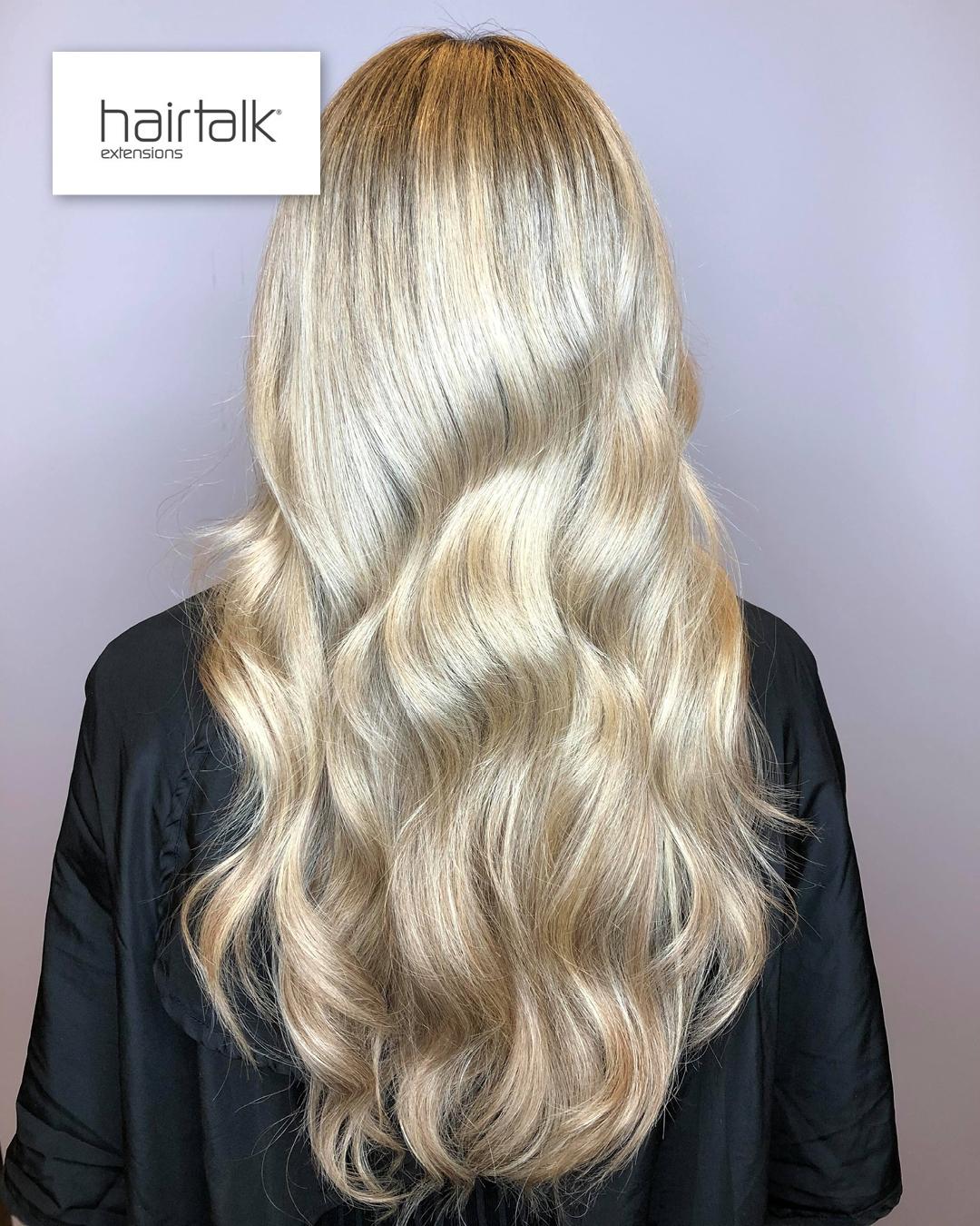 Hair extensions fra Hairtalk kvinne med langt, fyldig, bølgete, blondt hår