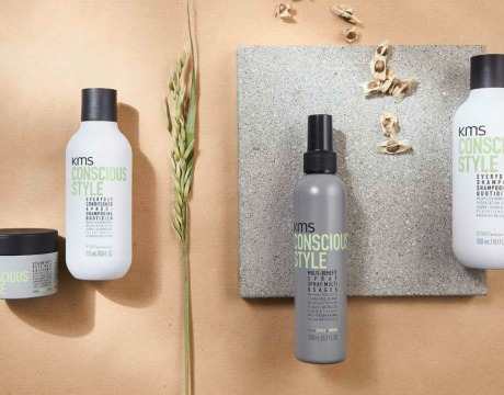 Fire produkter i serien Conscious Styling fra KMS, plassert på naturfarget bakgrunn